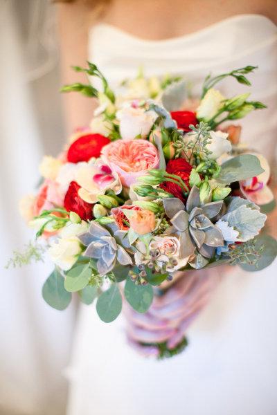bouquet-de-fleurs-colore-pour-mariee